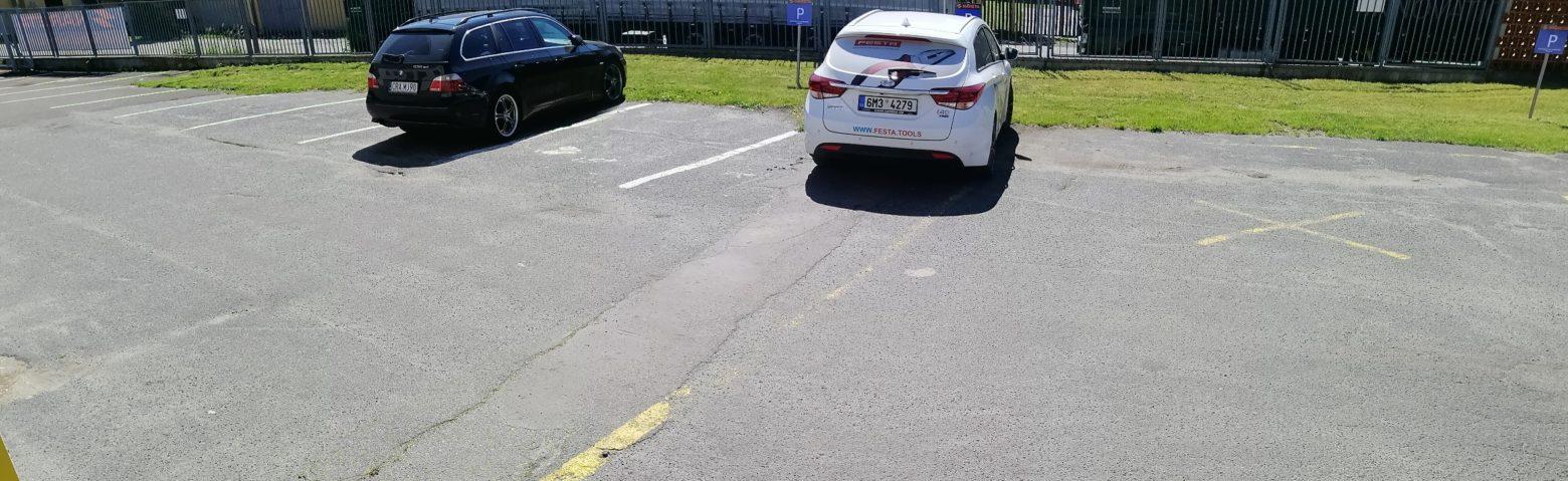 U prodejny pohodlně zaparkujete na prostorném parkovišti.